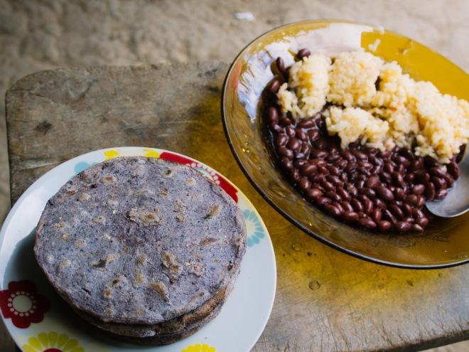 紫色のトウモロコシ100%のトルティーヤ。